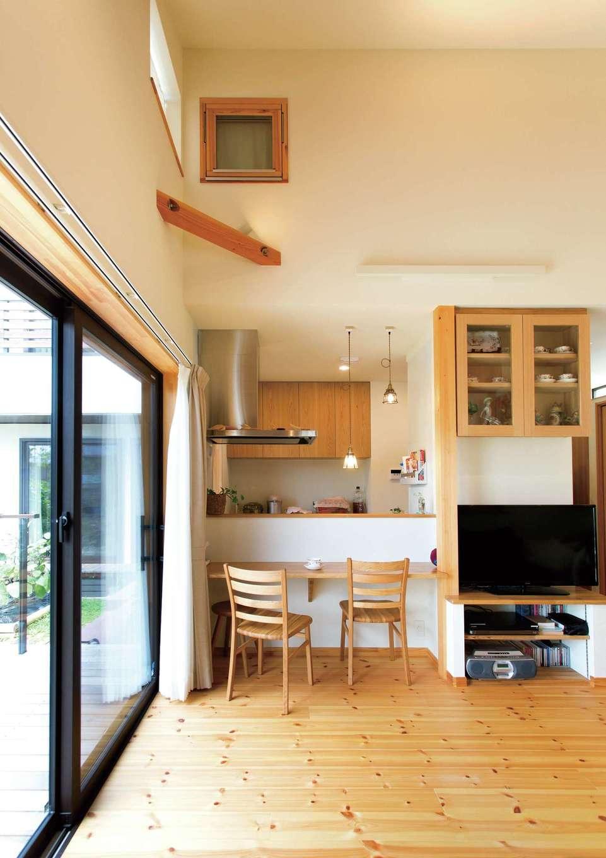 Casa(カーサ)【二世帯住宅、自然素材、間取り】両親世帯のダイニング。できるだけ広くコンパクトに暮らすべく、家具職人と綿密に打ち合わせた造作収納が大活躍する