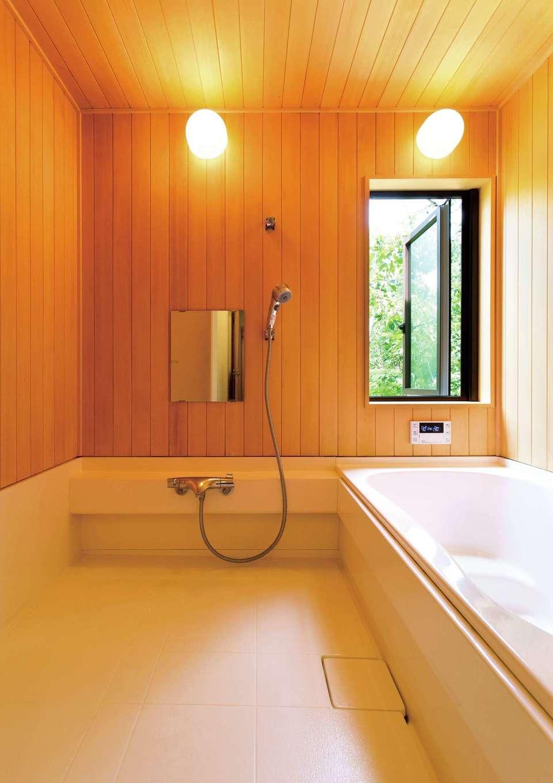 Casa(カーサ)【二世帯住宅、自然素材、間取り】無垢のヒバ材を張り巡らせた浴室は、贅沢な香りに満たされる。手入れも簡単だ