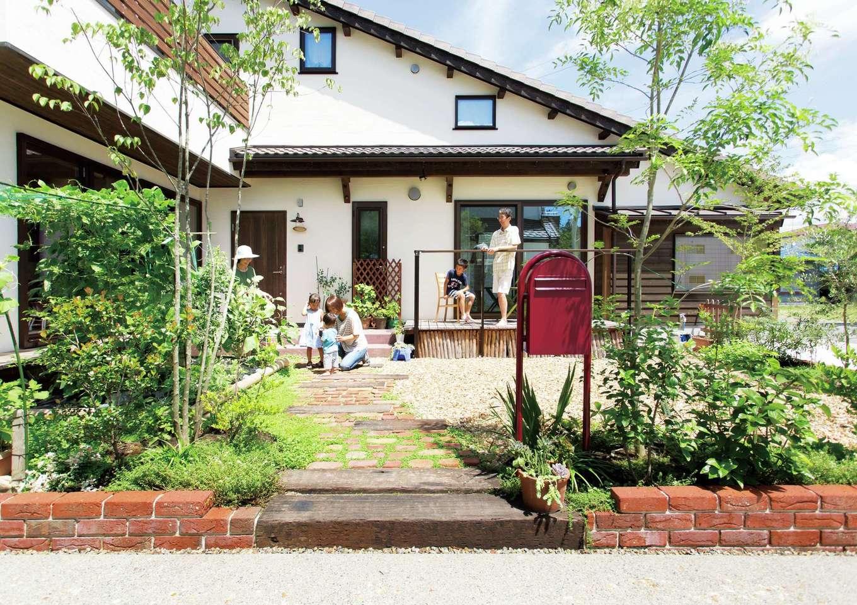 Casa(カーサ)【二世帯住宅、自然素材、間取り】両世帯のリビングから眺められるガーデンが、家族みんなの絆を結ぶ。たっぷりの愛情を注がれた樹木、花、家庭菜園の野菜たちがのびのび育つ