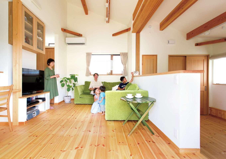 Casa(カーサ)【二世帯住宅、自然素材、間取り】両親世帯のリビング。勾配天井が畳数以上の広さを演出する。「暖房がついていない真冬の朝でも13度以下にはなりません」とうれしそうなお母さま