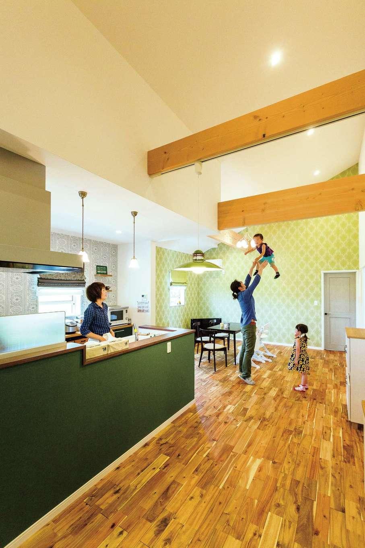 天井を高く取り、平屋とは思えないほどの開放感を実現した約32畳のLDK。キッチンから家族の様子がいつも見渡せるので、奥さまも安心。無垢の床はキズが目立ちにくく、高級感のあるアカシアを採用