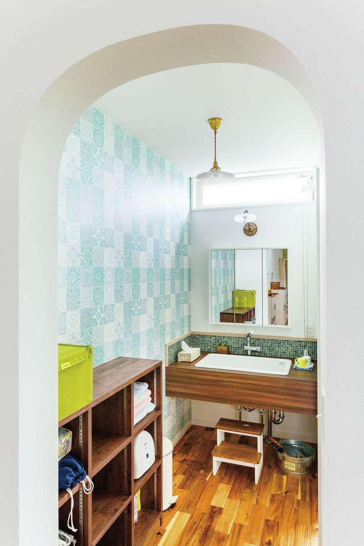 四季彩ひだまり工房 高田工務店【デザイン住宅、子育て、平屋】サニタリーの入口はアーチの壁でやさしい雰囲気に。クロス、モザイクタイル、医療用シンクなど、奥さまのお気に入りがいっぱい