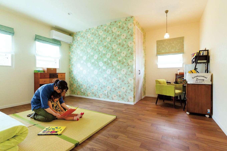 四季彩ひだまり工房 高田工務店【デザイン住宅、子育て、平屋】寝室はウォルナット調の無垢フローリングでLDKと変化をつけた。花柄の輸入クロスは壁に直接描かれているかのような特殊加工で仕上げている