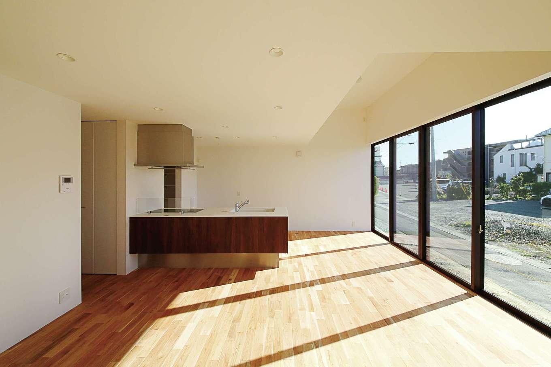 インフィルプラス【デザイン住宅、省エネ、間取り】LDKはSE構法ならではの大開口が開放的。W断熱とトリプルガラスの効果でエアコンの効きも抜群。ダイニングの上は高天井にして空間をゾーニング