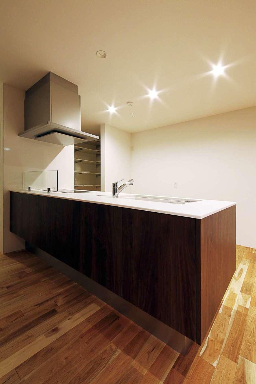 インフィルプラス【デザイン住宅、省エネ、間取り】ペニンシュラ型キッチンの奥にはパントリーがある