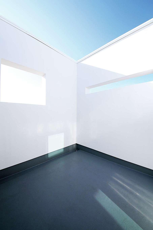 インフィルプラス【デザイン住宅、省エネ、間取り】バルコニーは洗濯物を干しても見えないように壁で囲い、開口部も工夫されている