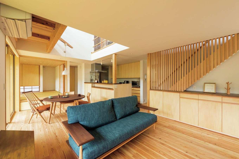 あだちの家。足立建築【デザイン住宅、省エネ、間取り】造作した家具や、配慮され尽くした空間設計が上質さを醸し出すリビングダイニング。「あだちの家。」標準の吹抜けが、キッチンの奥にも光を届ける