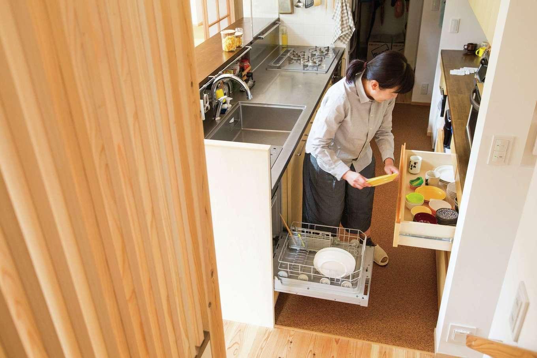 あだちの家。足立建築【デザイン住宅、省エネ、間取り】木の質感とステンレスが絶妙なオーダーキッチンは奥さまのリクエスト。ミリ単位で寸法を調整し、食洗機から一連の流れで食器をしまえる位置・高さにカップボードを配置したり、買ってきた食材の一時置き場を造作したり、家事ラクな工夫が詰まっている