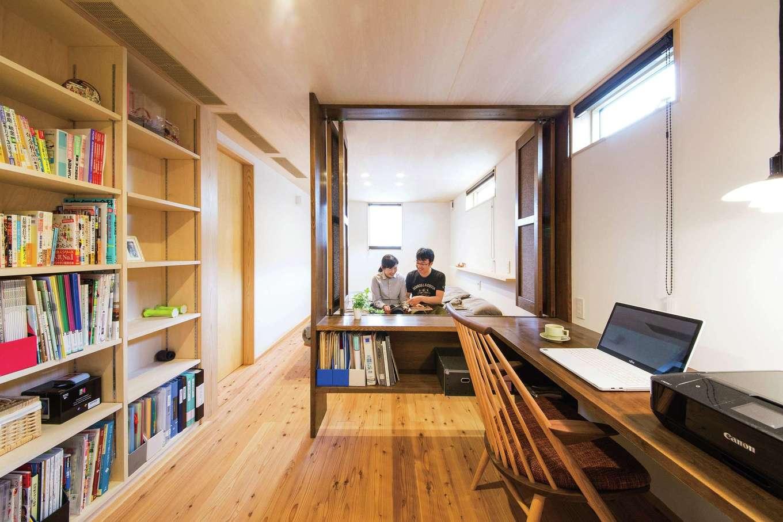あだちの家。足立建築【デザイン住宅、省エネ、間取り】寝室と書斎の仕切りは、ホテルライクなフォールディングドアでニュアンスを。大容量の書棚も造作した