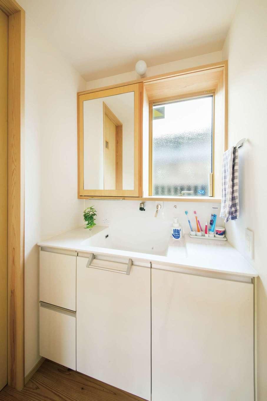 あだちの家。足立建築【デザイン住宅、省エネ、間取り】セミオーダーの洗面は、水栓の位置や鏡の後ろの収納スペースなどに妙味あり