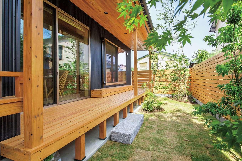 あだちの家。足立建築【デザイン住宅、省エネ、間取り】光と風をたっぷり取り込む吹抜けリビングは、庭とゆるやかにつながる憩いの場。四季折々の植物を愛でながら、質の高い暮らしを愉しめる。2階南面のキャットウォークは部屋干しの際のスペースとして活用する。杉の床の経年変化も今から楽しみ