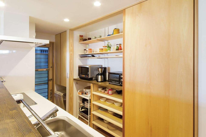 あだちの家。足立建築【狭小住宅、省エネ、間取り】キッチンのバックヤードは、不意の来客があっても3連の引き戸でさっと隠せる
