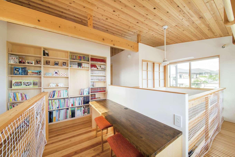 あだちの家。足立建築【狭小住宅、省エネ、間取り】家族それぞれが思い思いに過ごせるフリースペース。書棚をウォークインクローゼットの壁にビルトインしたことで、廊下を広く使える