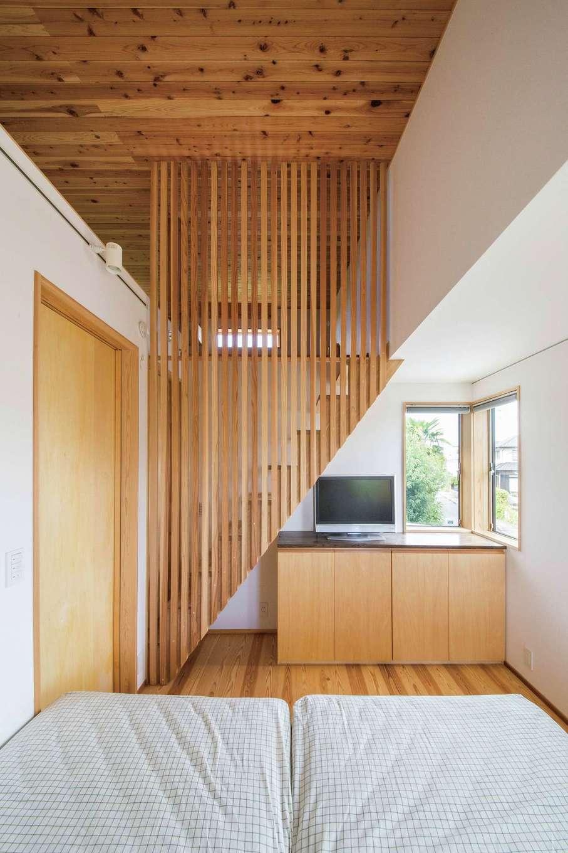あだちの家。足立建築【狭小住宅、省エネ、間取り】主寝室内の階段を上がると隠れ家のようなロフトへ続く。独創的なデザインの木の格子がアクセントに