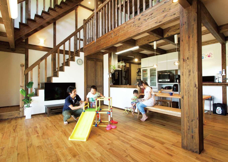 サイエンスホーム【デザイン住宅、自然素材、間取り】ヒノキの香りに癒される吹抜けのリビングに家族が自然に集まってくる。スリッパを履くのがもったいないほど心地いい無垢の床の経年変化も楽しみ