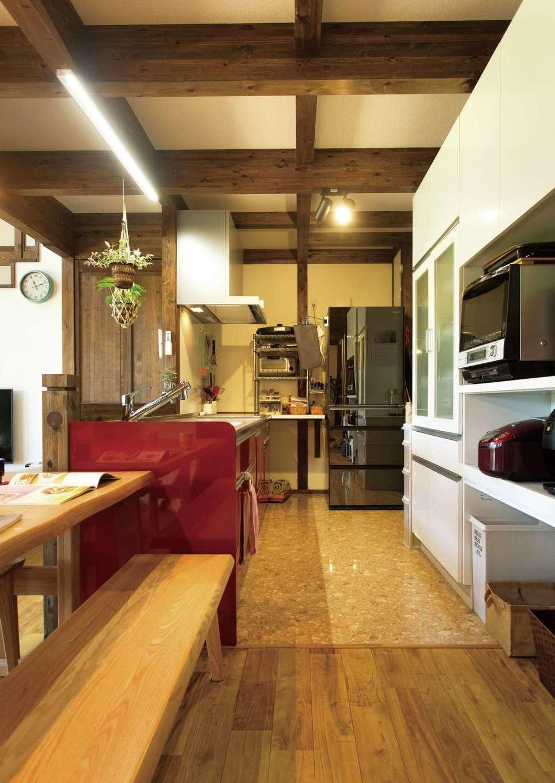 サイエンスホーム【デザイン住宅、自然素材、間取り】大人が数人入っても窮屈に感じないキッチン。大容量のパントリー、水回りへの動線もコンパクトで奥さまの家事時短に貢献