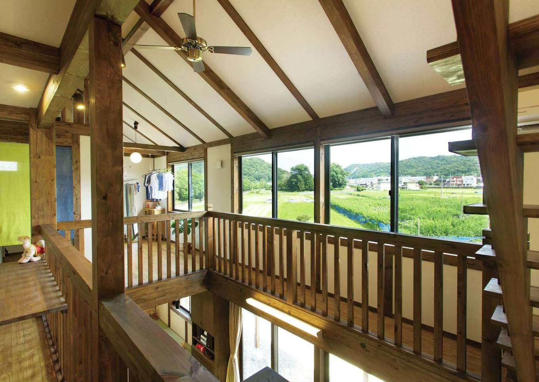 サイエンスホーム【デザイン住宅、自然素材、間取り】窓越しに鮮やかな緑の景色が広がる2階フリースペース。造作のカウンターで絵筆を手にすることもある
