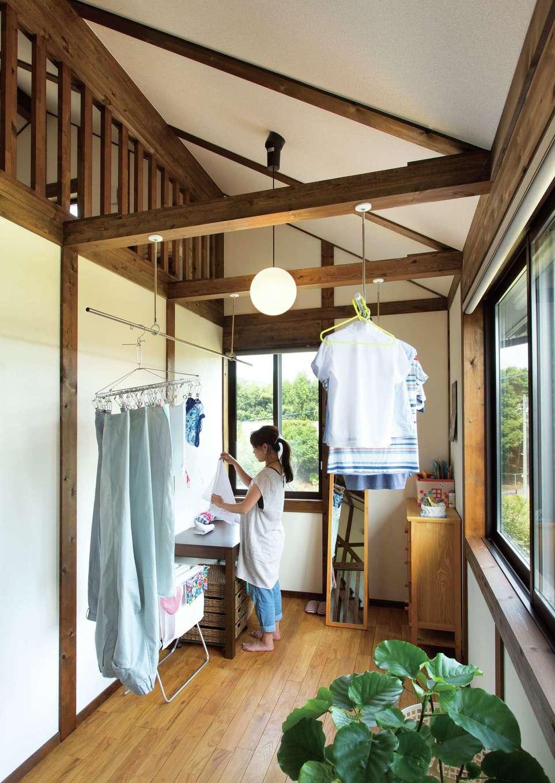 サイエンスホーム【デザイン住宅、自然素材、間取り】日当たりのいい部屋干しスペースは家事育児に追われる奥さまのマストアイテム。身長の高さに合わせてアイロン台も造作した。小屋裏と会話もできるので、楽しみながら家事ができる