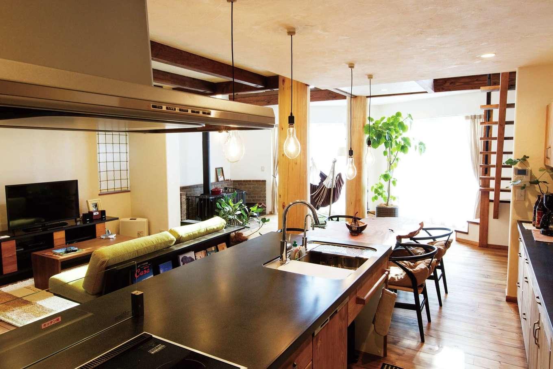 アイジースタイルハウス【デザイン住宅、子育て、自然素材】キッチンの収納扉と床材の色味を合わせることで、空間に統一感を持たせた。背面収納と天板は奥さまの身長に合わせて決めたので使い勝手も抜群