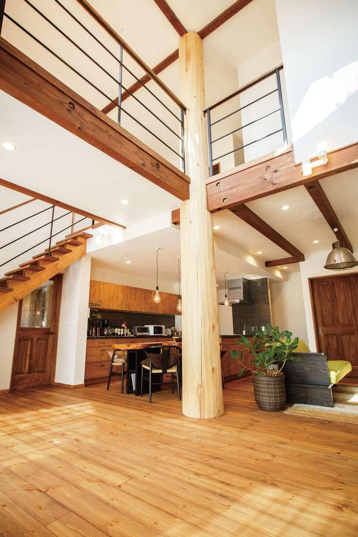 アイジースタイルハウス【デザイン住宅、子育て、自然素材】吹抜けとアイアンのコンビネーションが素敵なリビング。窓を開け放つとウッドデッキを介して庭と繋がる