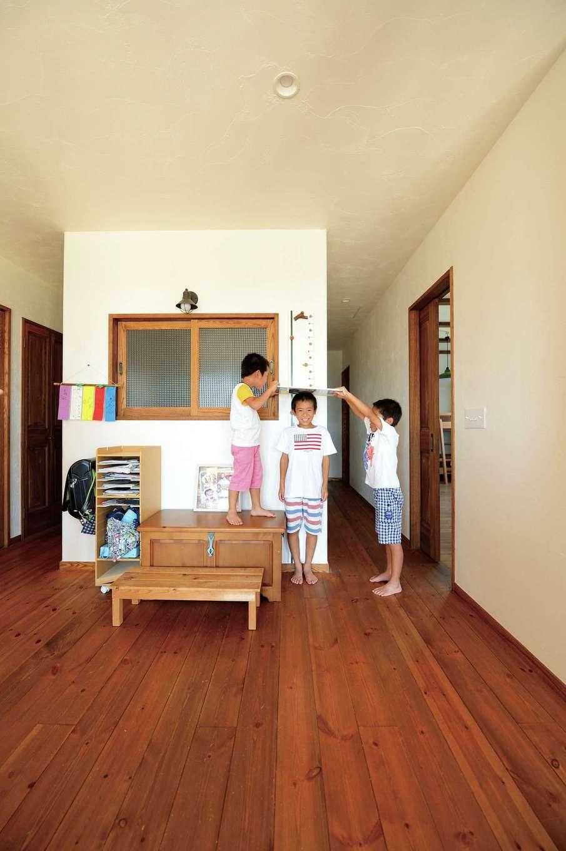 アイジースタイルハウス【デザイン住宅、子育て、自然素材】2階の空中廊下とフリースペースは子どもたちの絶好の遊び場。太いレッドシダーの柱にロープをかけ、スルスルと1階に降りることがで きる