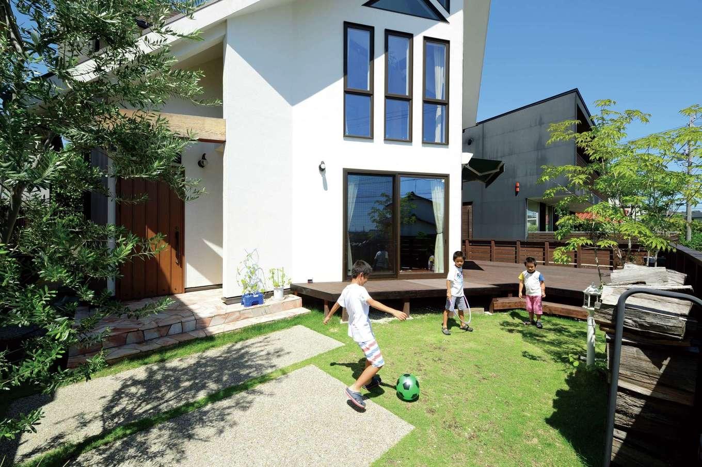アイジースタイルハウス【デザイン住宅、子育て、自然素材】高台になっているため、庭で遊んでも外からの目線が気にならない