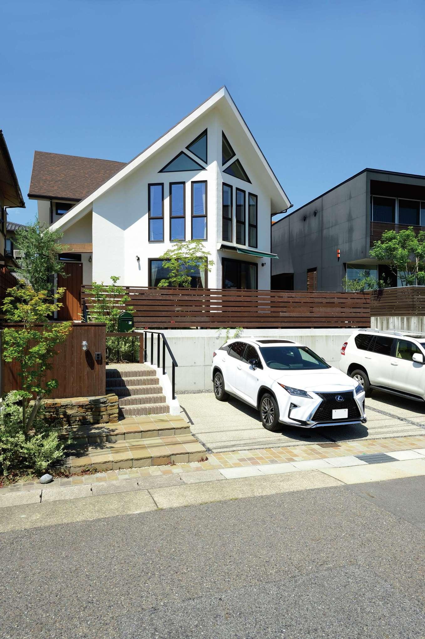 アイジースタイルハウス【デザイン住宅、子育て、自然素材】高級住宅街のなかでもひときわ異彩を放つ、大屋根と三角窓が調和した英国調の外観