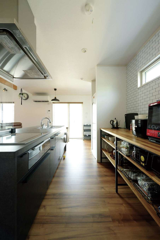 無垢板とアイアンをガルバリウムを使用したキューブ型のスタイリッシュな外観 使ったキッチンファニチャーは奥さまのこだわり