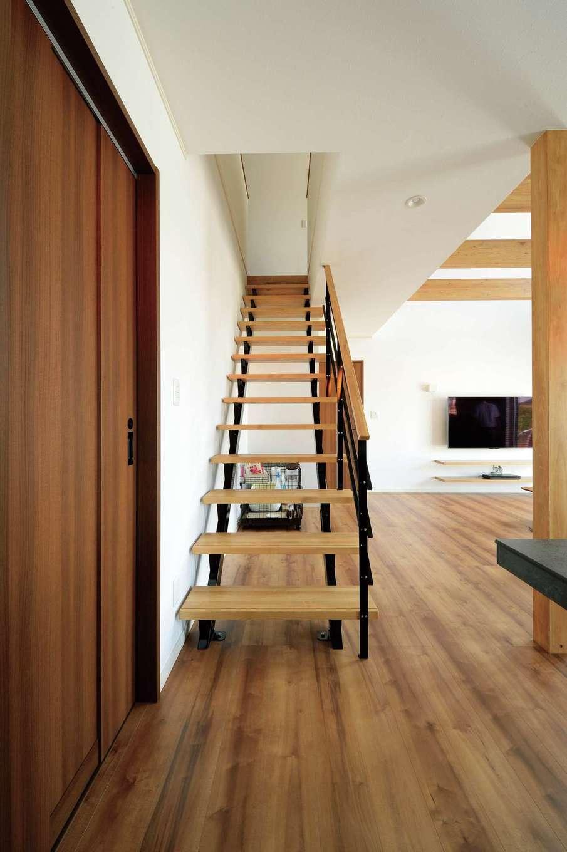 吹抜け空間をさらに開放的に感じさせるオープン階段