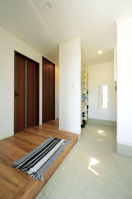 玄関土間には大容量の収納スペースを確保