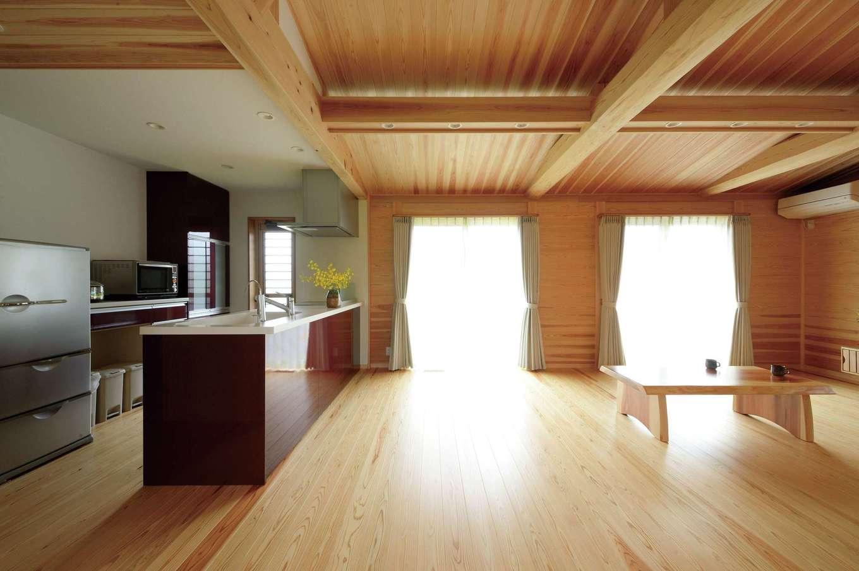 村木建築工房【自然素材、夫婦で暮らす、平屋】ペニンシュラ型のオープンキッチンにはカウンターをあえて設けず、空間を広々と確保。平屋なので室内全体に日差しが行き渡り、冬も明るく暖かい