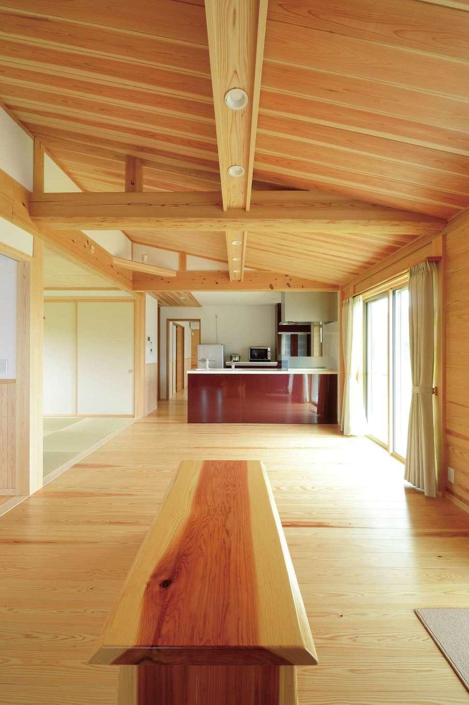村木建築工房【自然素材、夫婦で暮らす、平屋】リビングダイニングは、スギ独特の柔らかさと温かみを感じさせる空間。勾配天井のスギ板の木目の美しさにうっ とり