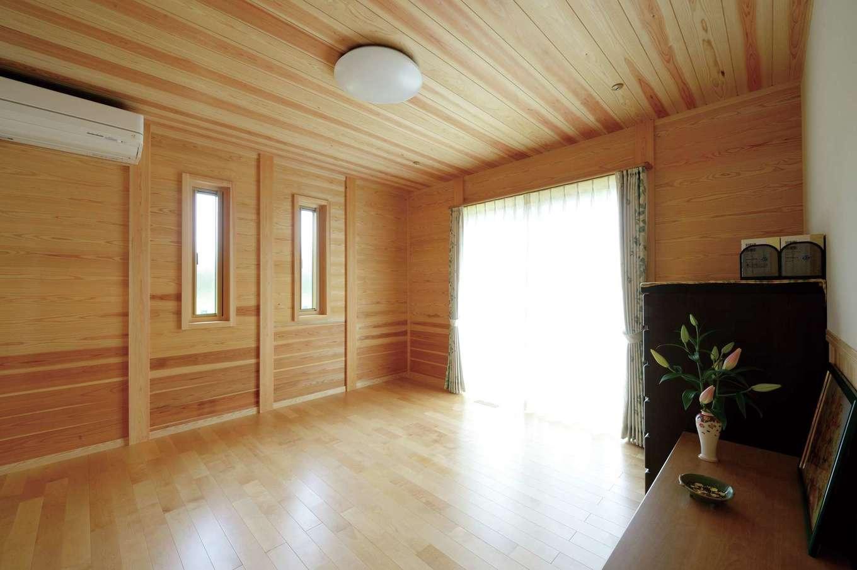 村木建築工房【自然素材、夫婦で暮らす、平屋】サクラの床、スギの天井、スギ×珪藻土の壁を用いた寝室。1日の3分の1を過ごす場所だからこそ、健康面を重視して自然素材にこだわった
