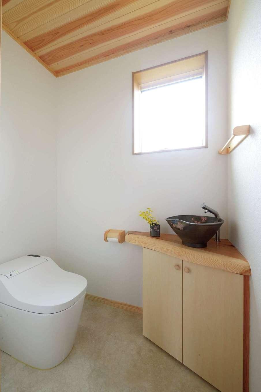 村木建築工房【自然素材、夫婦で暮らす、平屋】トイレは陶器のボウルと無垢のカウンターで和モダンに演出