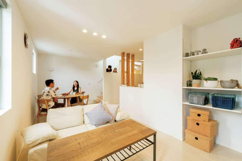 スタイルカーサ【趣味、間取り、屋上バルコニー】白い壁とダウンライト、ナチュラル系のフローリングで構成されたシンプルなデザインのLDKは、家具や小物が引き立つ空間