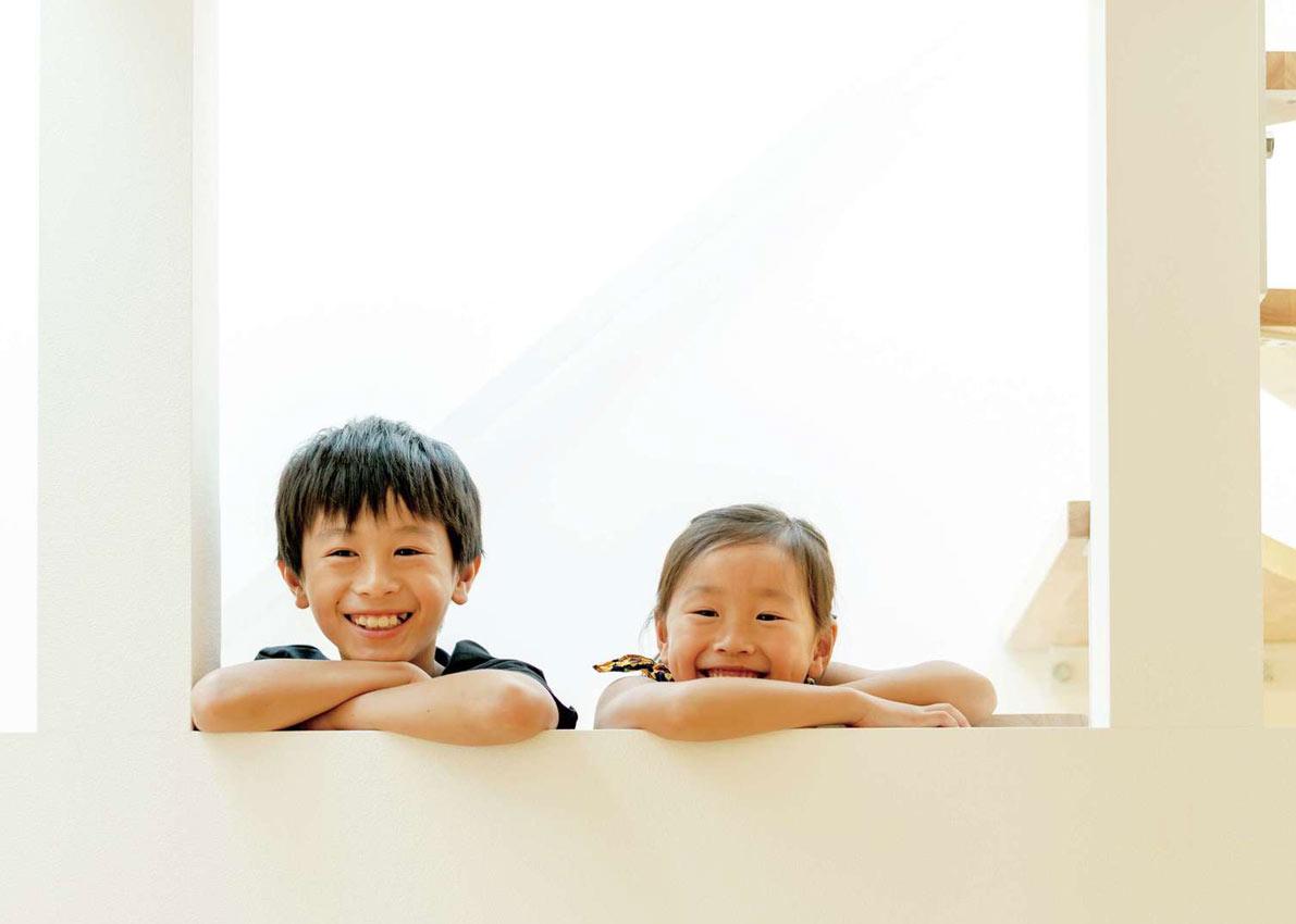 スタイルカーサ【趣味、間取り、屋上バルコニー】階段からキッチンにいるママに向かって子どもたちがスマイル!