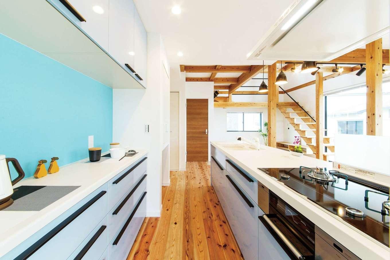 住たくeco工房【1000万円台、自然素材、間取り】家族の様子が見渡せるキッチンは、同社のモデルハウスで一目惚れした水色をそのまま採用。収納も充実し、サニタリーへの動線もスムーズ