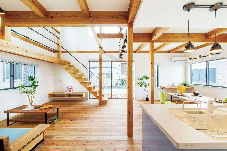 住たくeco工房【1000万円台、自然素材、間取り】キッチンからは1階全体と庭が見渡せて、吹抜けを介して2階の気配も伝わってくるので安心