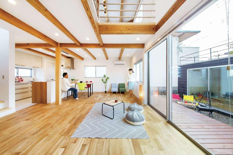 住たくeco工房【1000万円台、趣味、自然素材】日当たり抜群のLDKは23畳の大空間。あたたかい肌触りの床は無垢のクルミ。キッチンから1階全体と庭が見渡せるのはもちろん、吹抜けを通して2階の気配もわかるので奥さまも安心