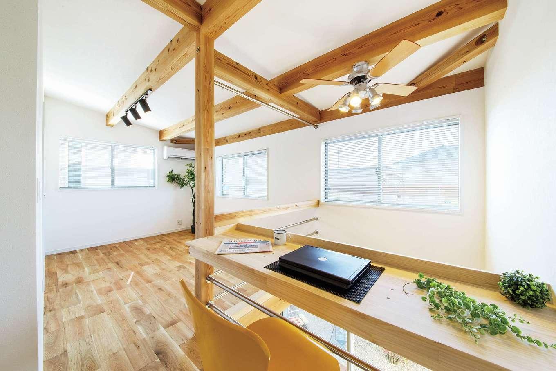 住たくeco工房【1000万円台、趣味、自然素材】2階のファミリースペースは、子どもが増えたら間仕切りして個室にも対応可。吹抜けに面してPCカウンターも造作