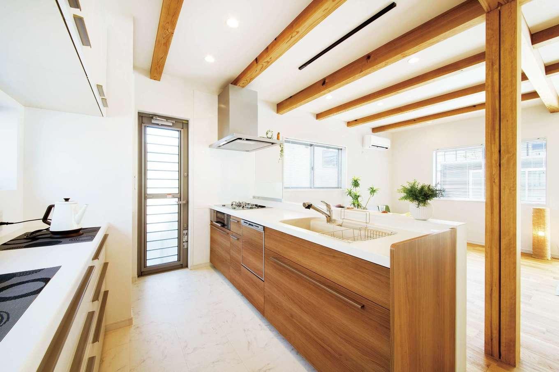 住たくeco工房【1000万円台、趣味、自然素材】明るいキッチンは奥さまのお気に入り。作業スペースも広く、大人が数人入っても窮屈に感じない