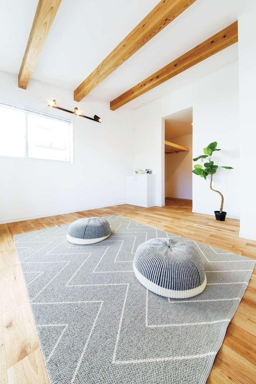 住たくeco工房【1000万円台、趣味、自然素材】インナーバルコニー直結の主寝室。収納も充実