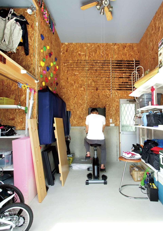 寿建設【趣味、高級住宅、インテリア】離れ棟はご主人の釣竿を収納したり、子どもがボルダリングを楽しむための趣味部屋として活用。壁にOSB合板を貼ってワイルド感を演出