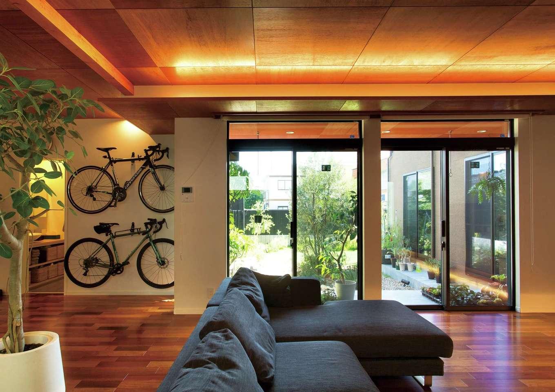 広い中庭が外と中をつなぎ、より開放的なリビングに。折上げ天井のダウンライトにも癒される