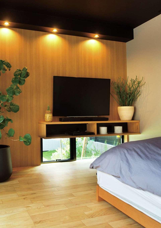 目線の抜け感を意識して、寝室にも地窓を採用。どの空間にもグリーンがセンス良く飾られている