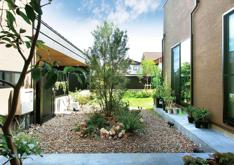 レモン、ブルーベリー、ラズベリーをはじめ、中庭の多種多様な植物はすべてご主人が植えて育てている。T邸のシンボルとも言えるこの空間で、BBQやバドミントンなど、家族でアウトドアライフを満喫している