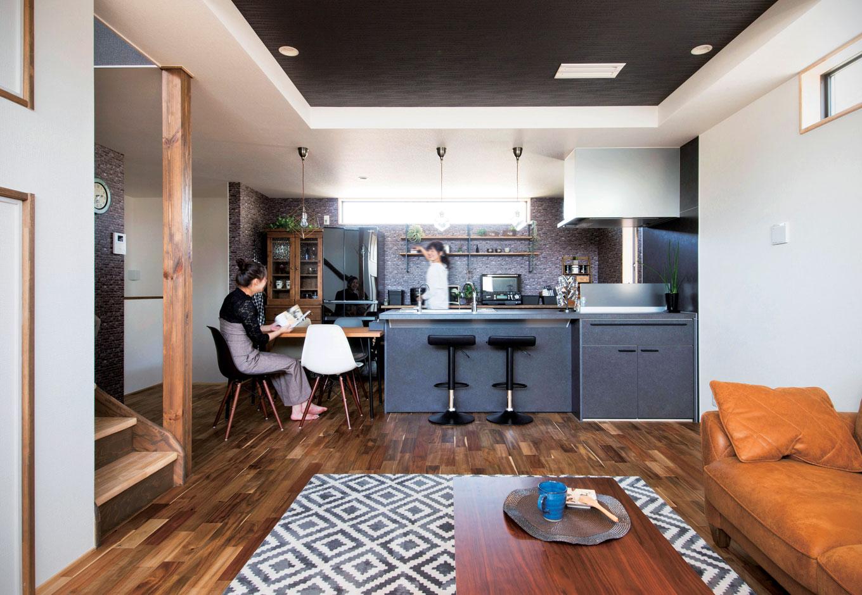 ブルックリン&カフェスタイルのLDK。折り上げ天井を採用し、空間にアクセントをつけた。熱とキズに強いセラミックトップのオープンキッチンがインテリアの主役になっている