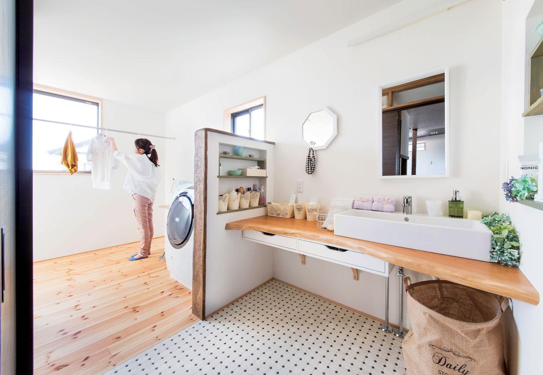 洗濯が楽しくなる清々しい雰囲気の部屋干しスペース。洗面台の一枚板は施主さんと大石代表が材木屋で一緒にセレクトした