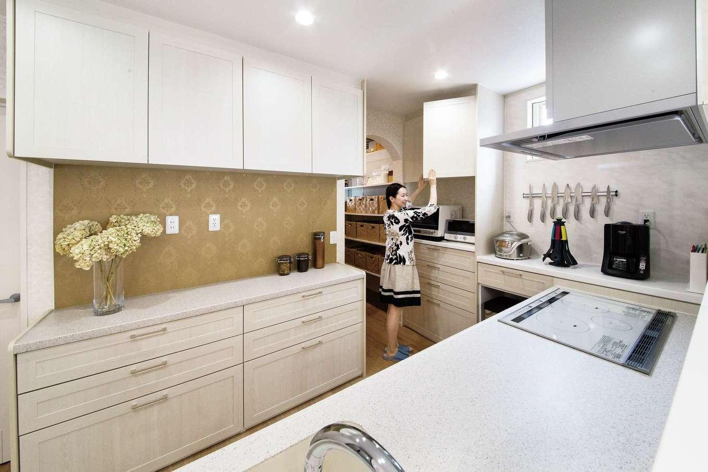 水田建設【趣味、省エネ、間取り】対面キッチンのまわりには収納カウンターをたっぷり設けてある。カウンター部分が広いので調理や盛り付けの際に便利。さらに、キッチンの奥にパントリーもある