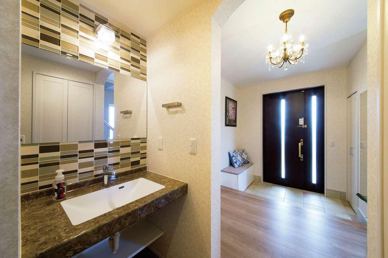 玄関の正面にある造作の洗面台。シンプルモダンにコーディネートした